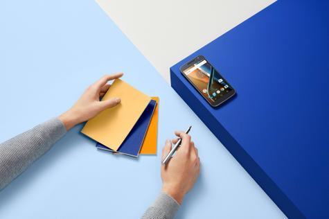 Motorola Moto G4 sobre mesa azul