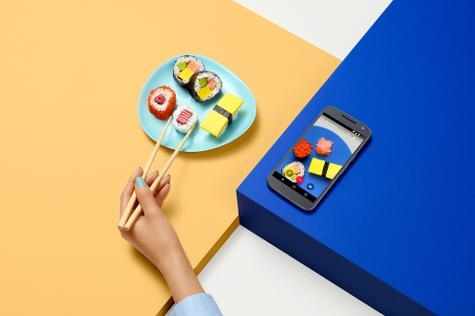 Motorola Moto G4 con comida sushi