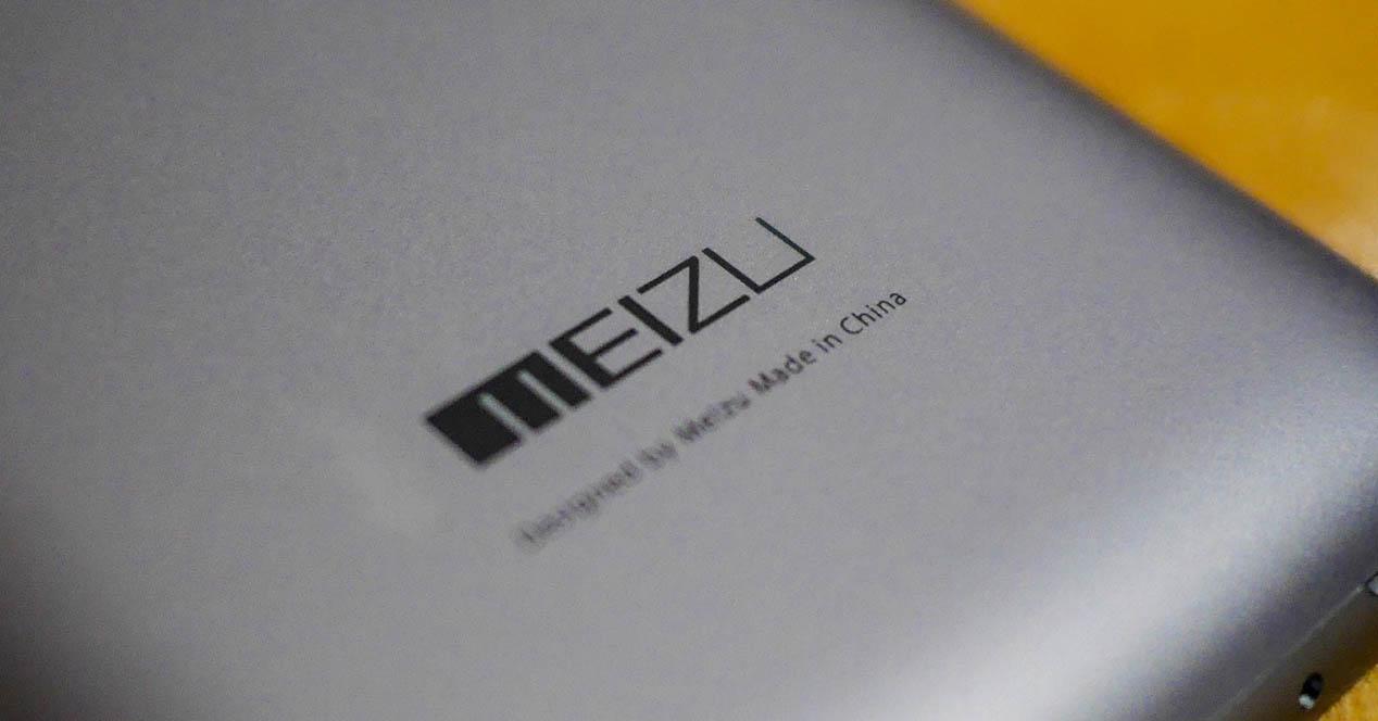 Logotipo Meizu sobre telefono