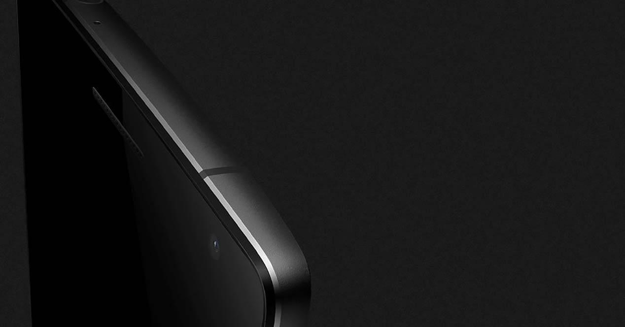 OnePlus 2 sobre fondo negro