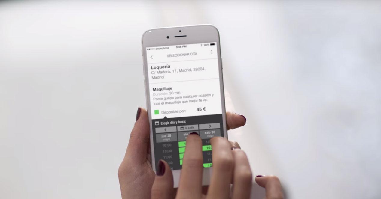 app bucmi en iphone en mano
