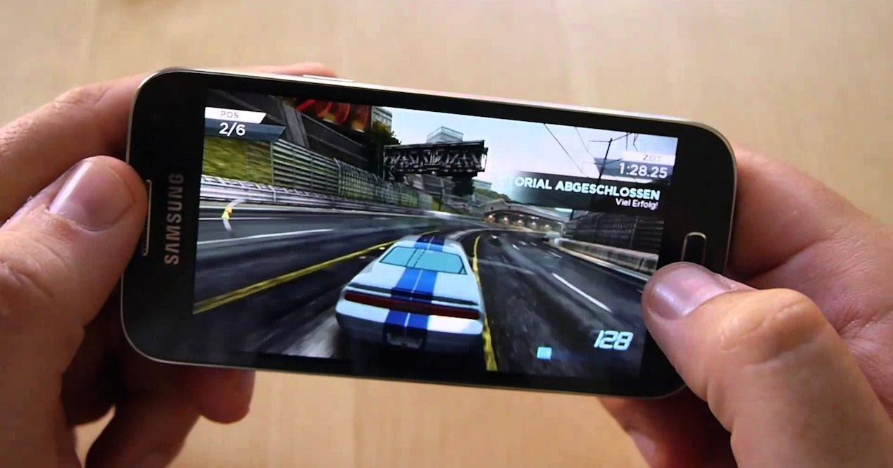 jugando juego de carreras en smartphone