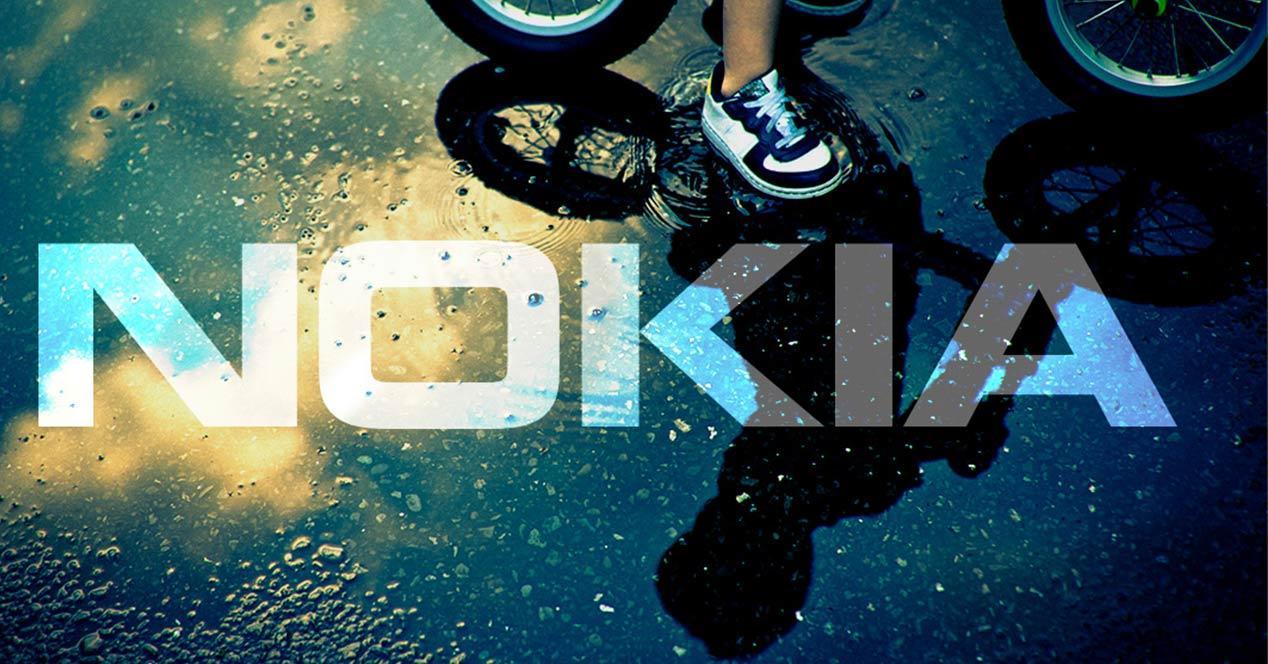 Logotipo de Nokia proyectado sobre una superficie con agua