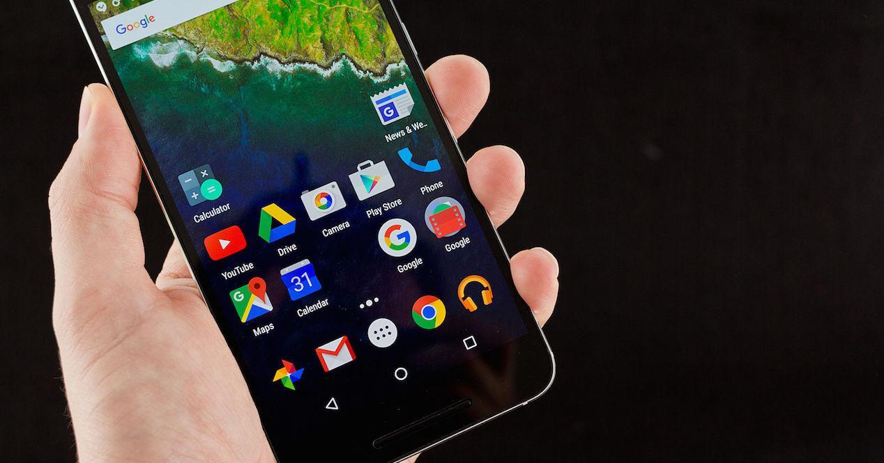 Nexus 6p en mano con fondo negro