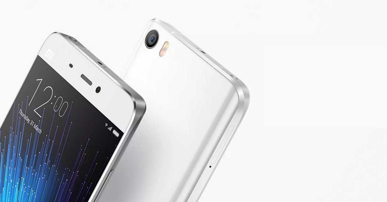 Xiaomi Mi5 de color blanco