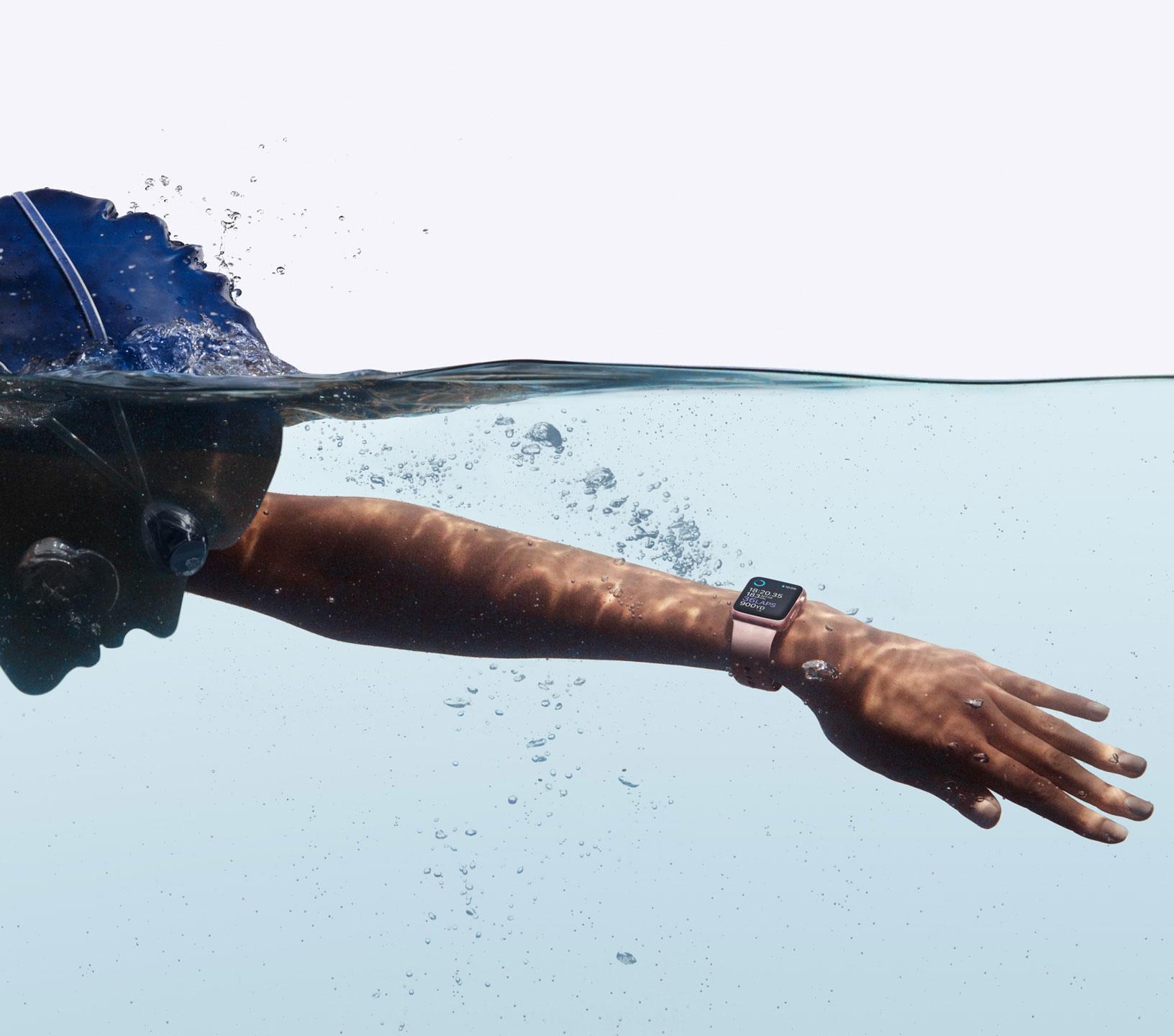 Apple Watch 2 en piscina con nadador