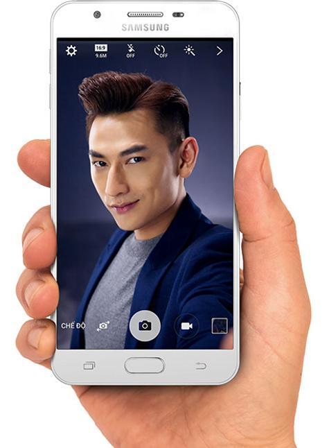 Samsung Galaxy J7 Prime blanco con hombre en la pantalla
