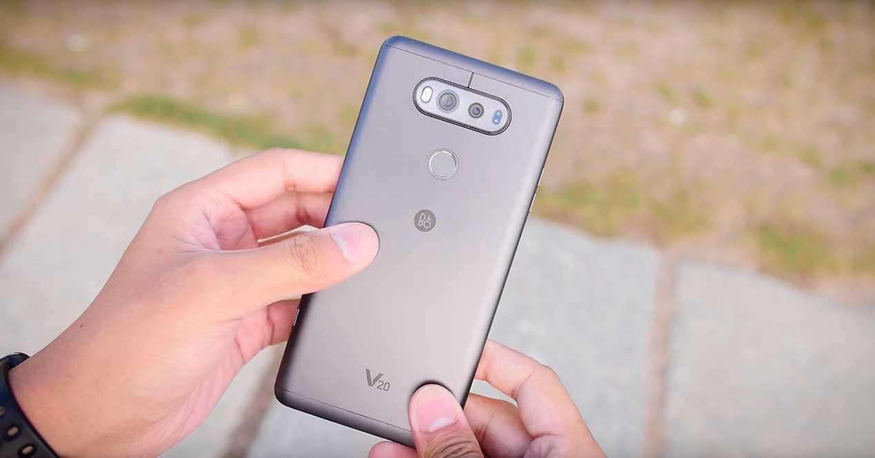 LG V20 gris en las manos