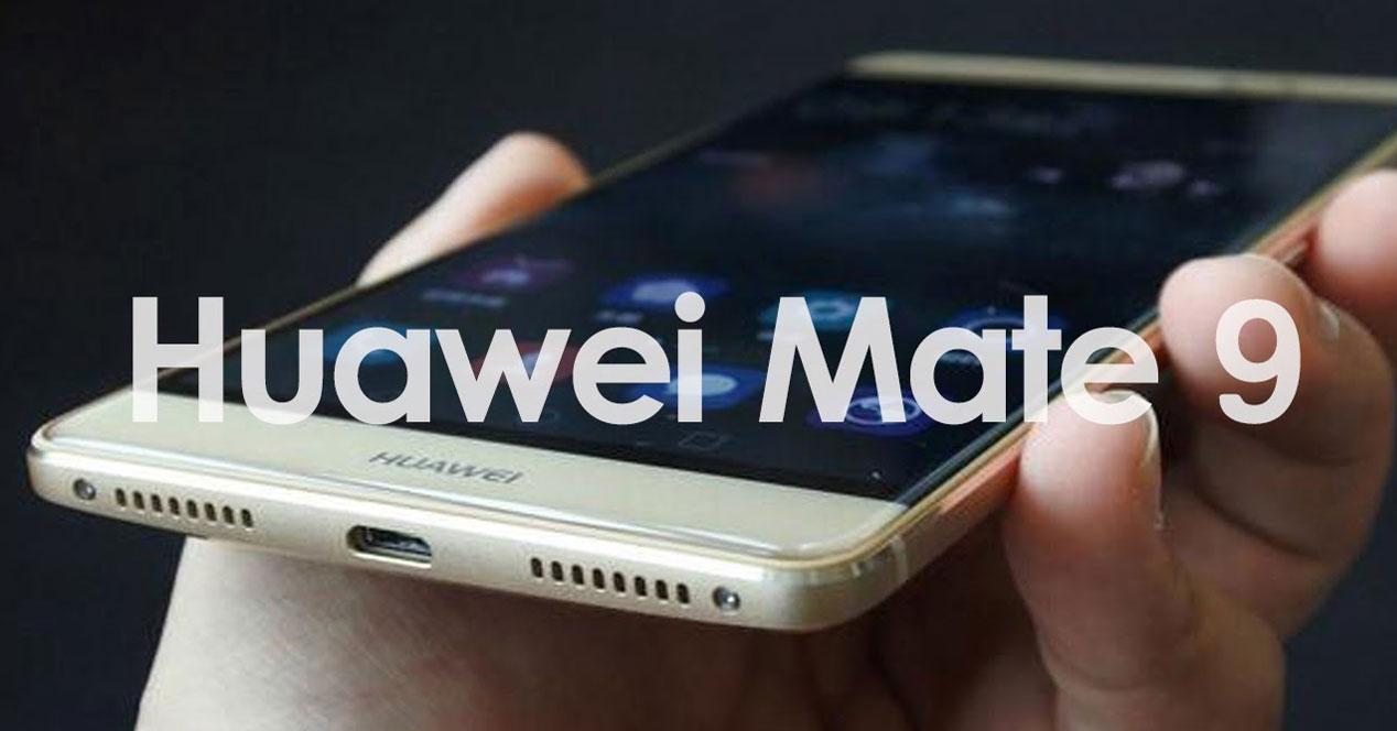Huawei Mate 8 en una mano con cartel Huawei Mate 9