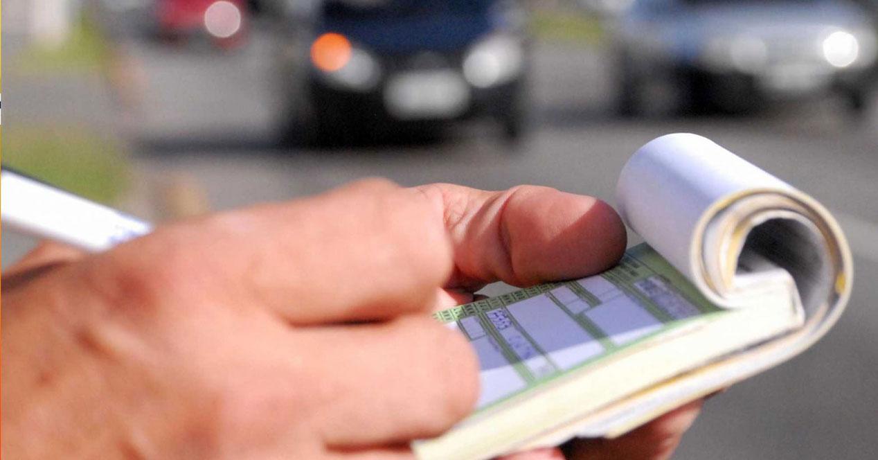 mano de policia poniendo una multa