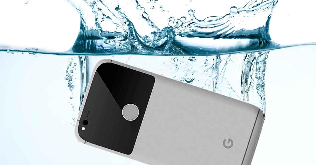 Google Pixel en el agua