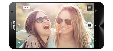 Asus Zenfone 2 con chicas en la pantalla