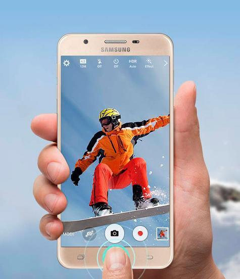 Samsung Galaxy J5 Prime pulsando botón de cámara de fotos