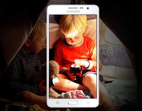 Samsung Galaxy Wide blanco con un niño en la pantalla