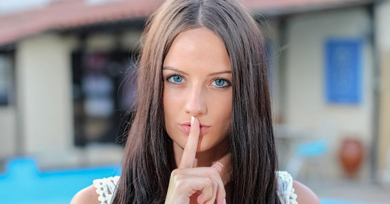 mujer haciendo el gesto de silencio
