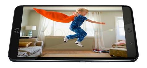 Wileyfox Swift 2 con niño saltando en pantalla
