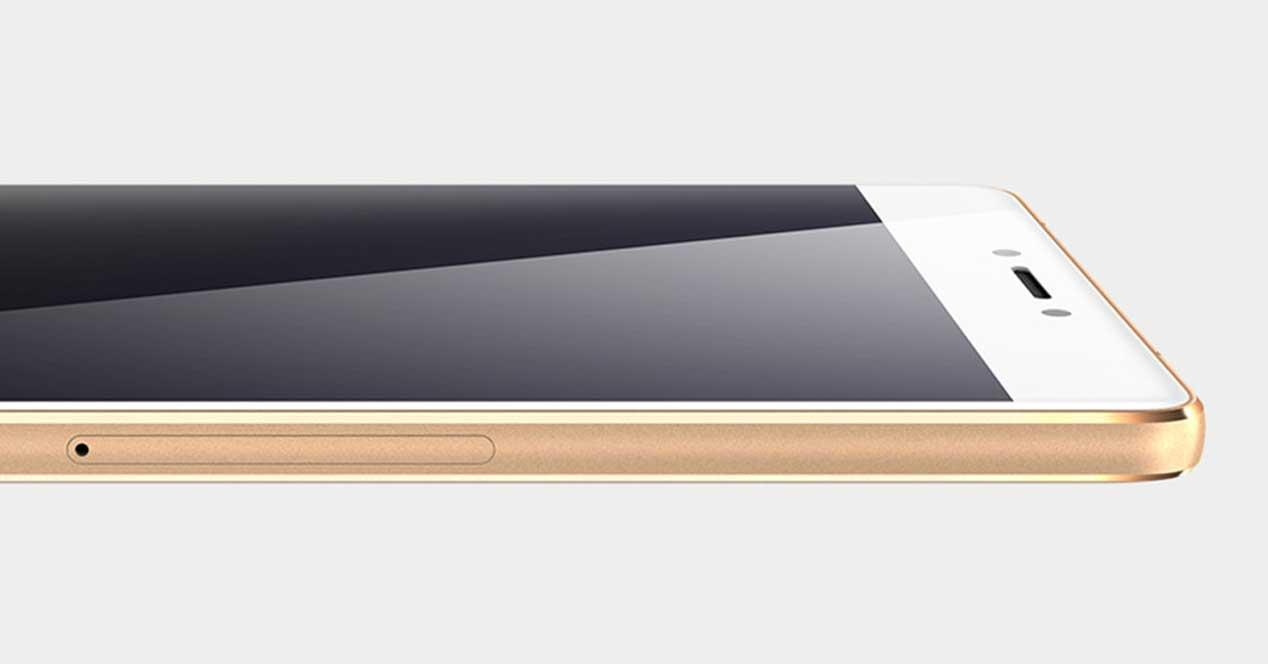 Gionee S8 de color blanco y dorado