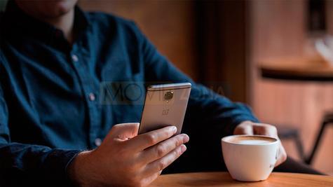 OnePlus 3T con manos y café