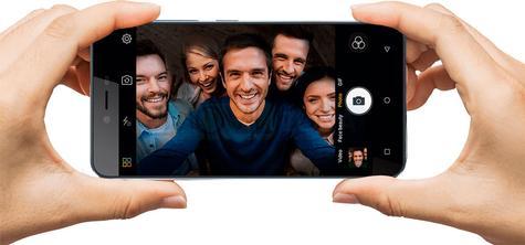 Gionee P7 en color negro con personas en la pantalla