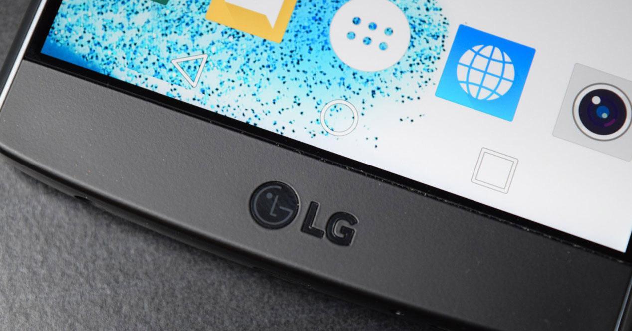 Logo de LG en el frontal de un smartphone LG