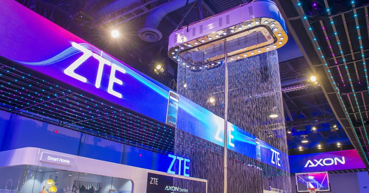 Logo de ZTE en un stand