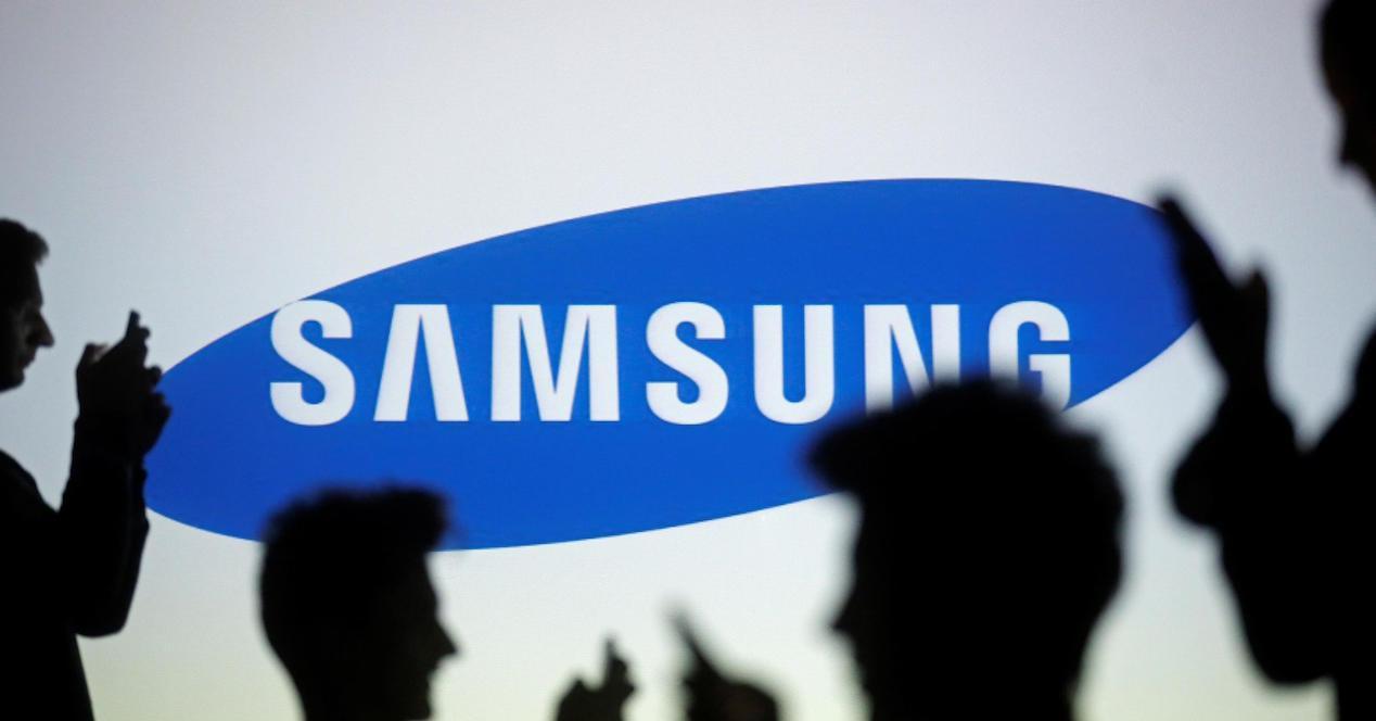 logo samsung y gente con móviles