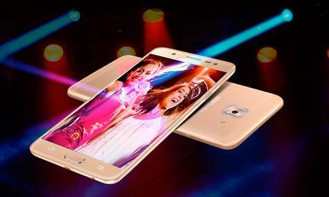 Samsung Galaxy J7 Max chicas en la pantalla