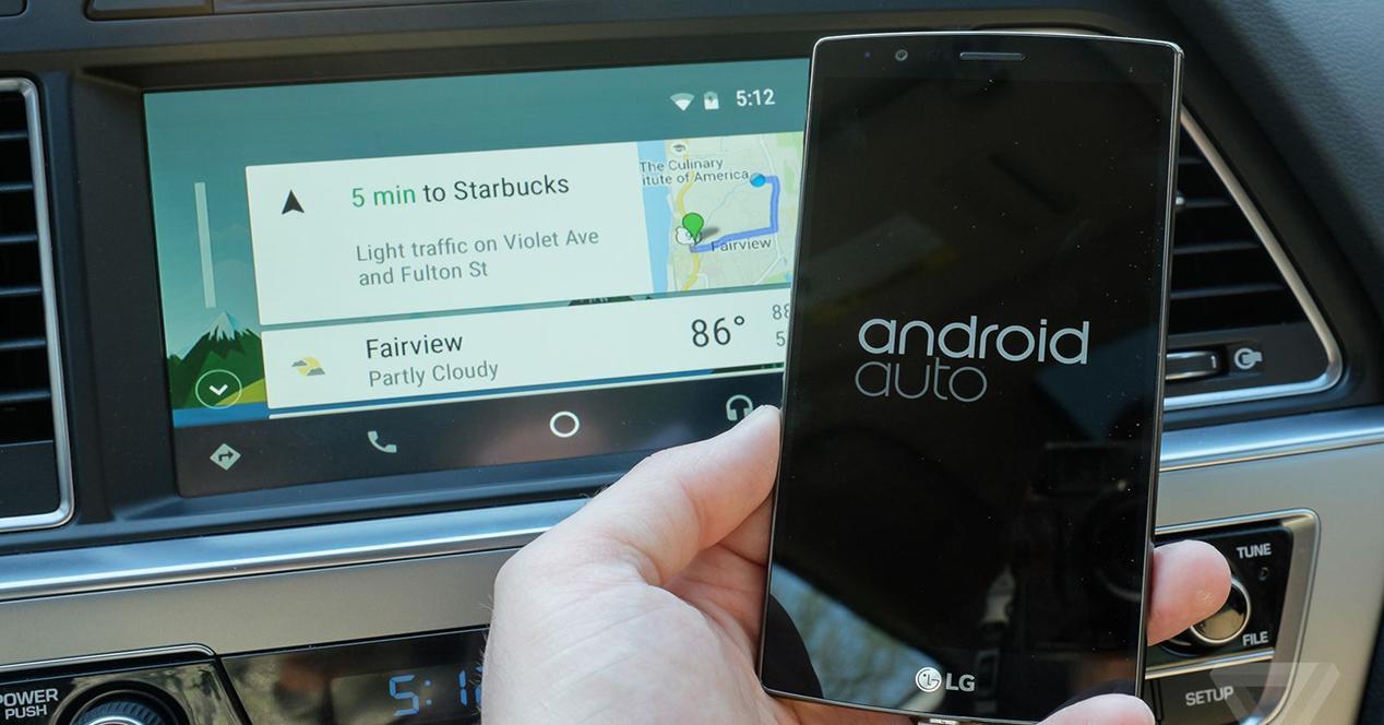Coche con Waze y Android Auto