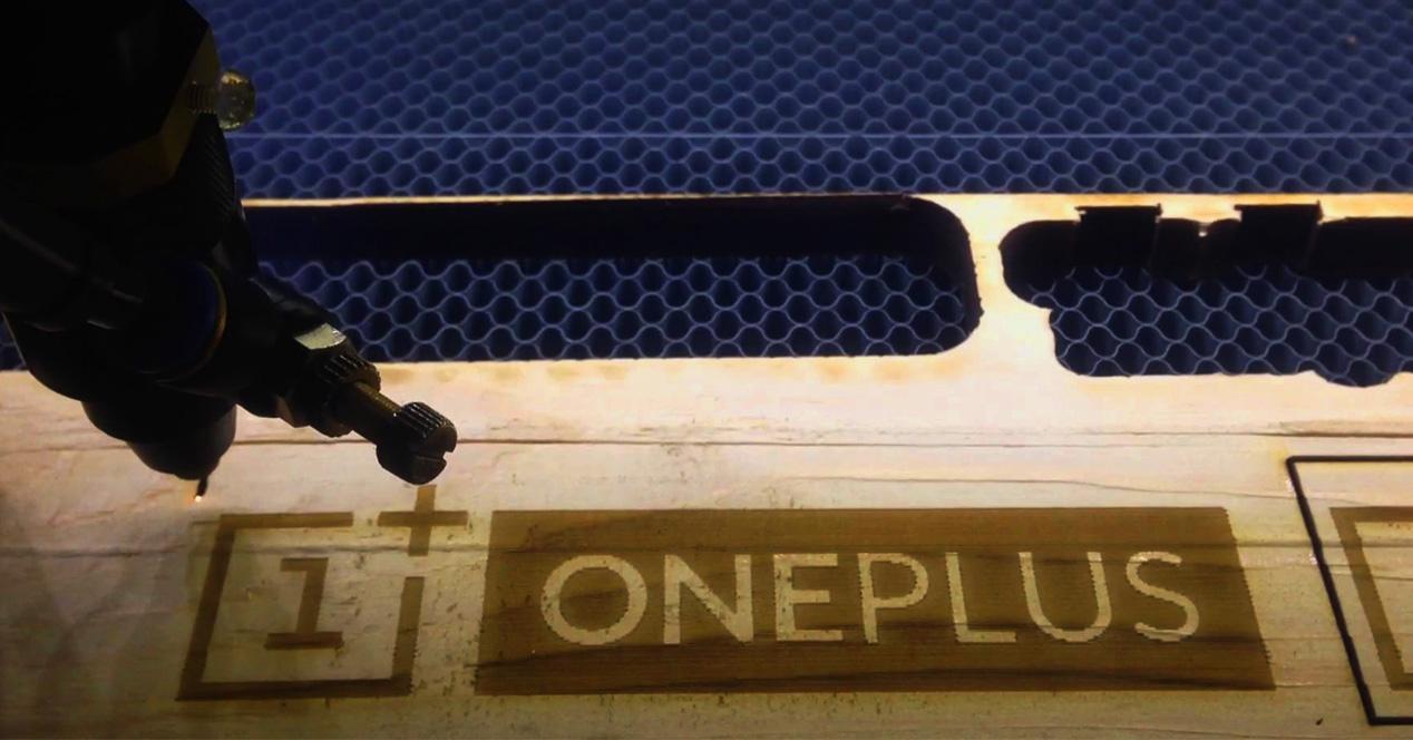 Logotipo de OnePlus sobre una madera