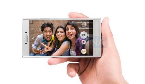 Sony Xperia R1 gris con gente joven en pantalla