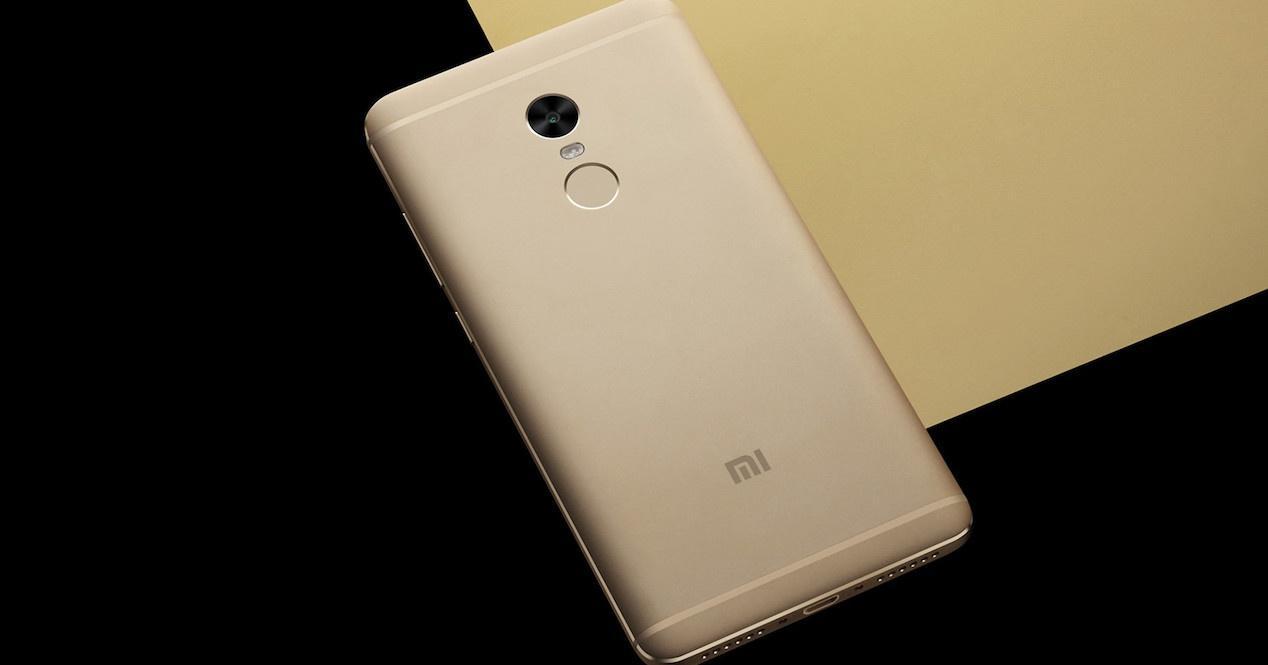 Xiaomi Redmi Note 4 por detrás