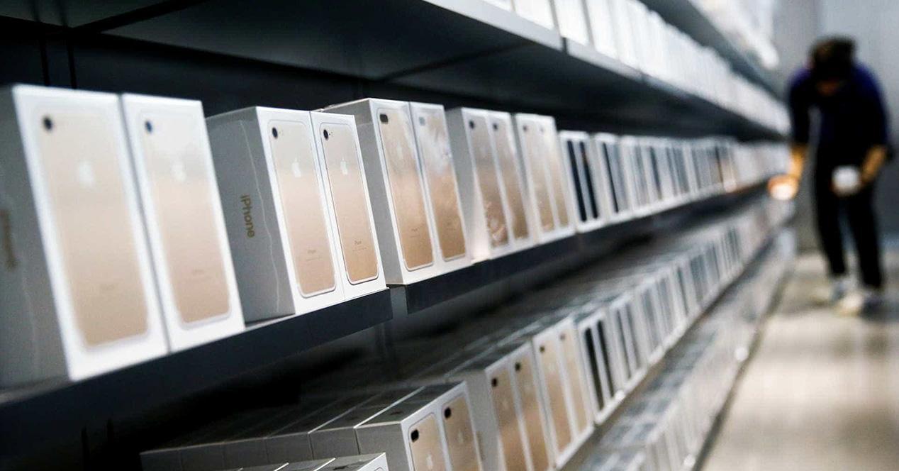 Expositor con unidades de iPhone a la venta
