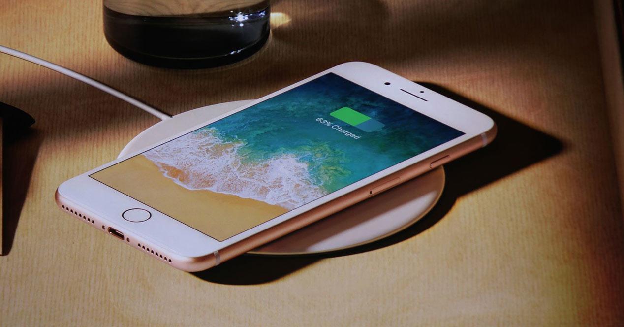 iPhone cargando la batería con cargador inalámbrico