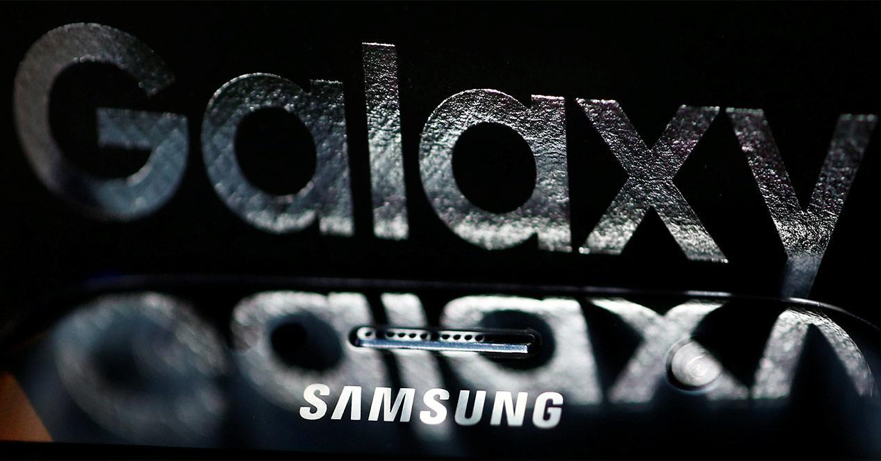 Logo Galaxy de un smartphone de Samsung