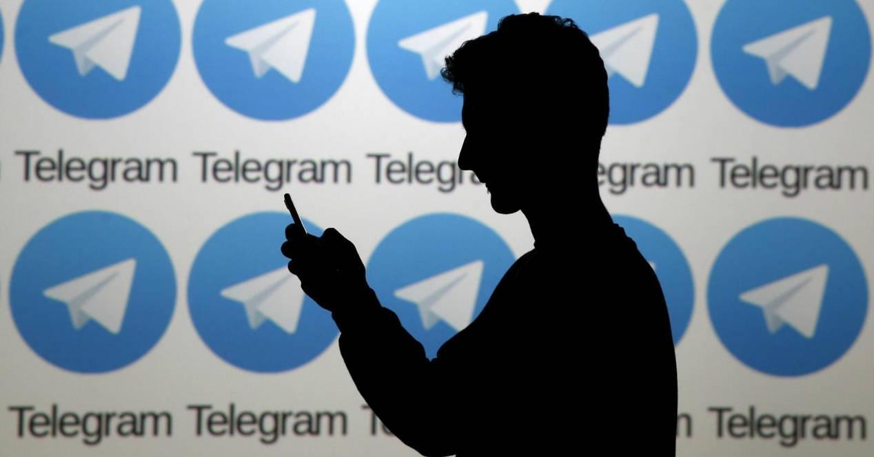 silueta de persona utilizando telegram