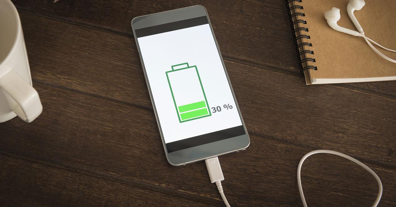 movil smartphone cargando la batería