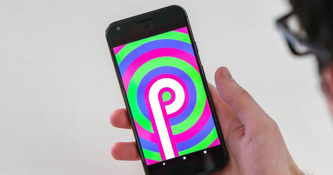 Android P en móvil en mano