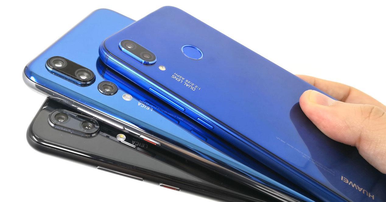 Modelos Huawei P20 en mano