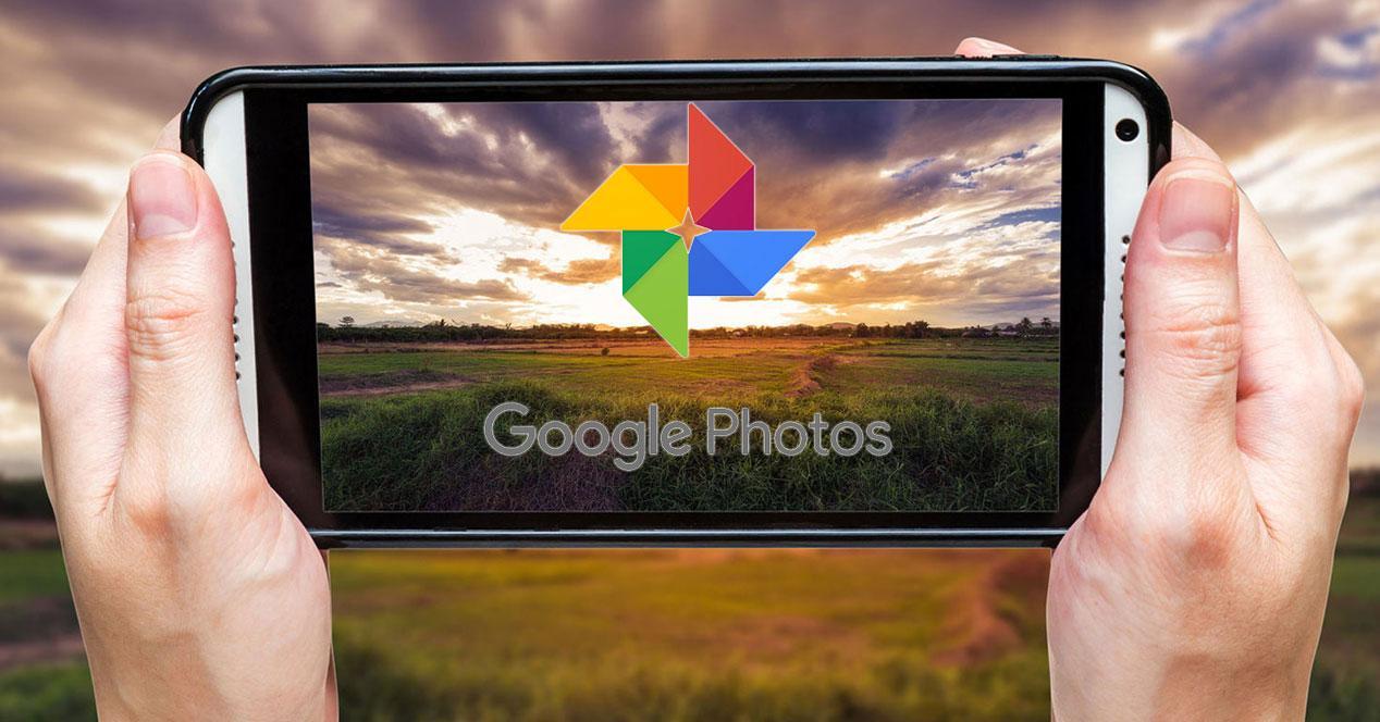 movil entre las manos con google photos