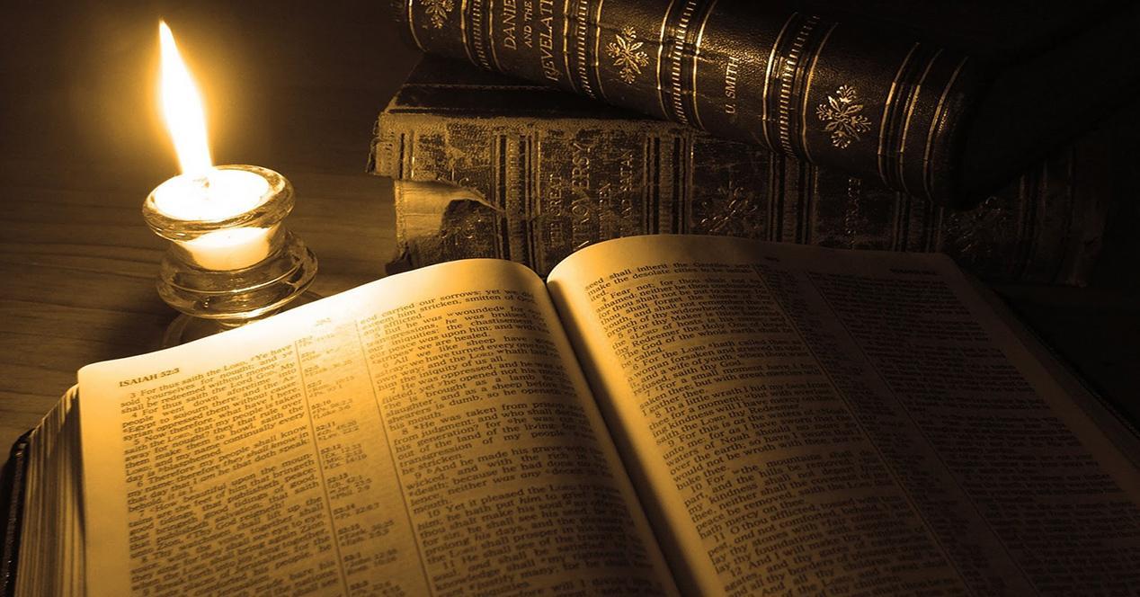 libro con una vela