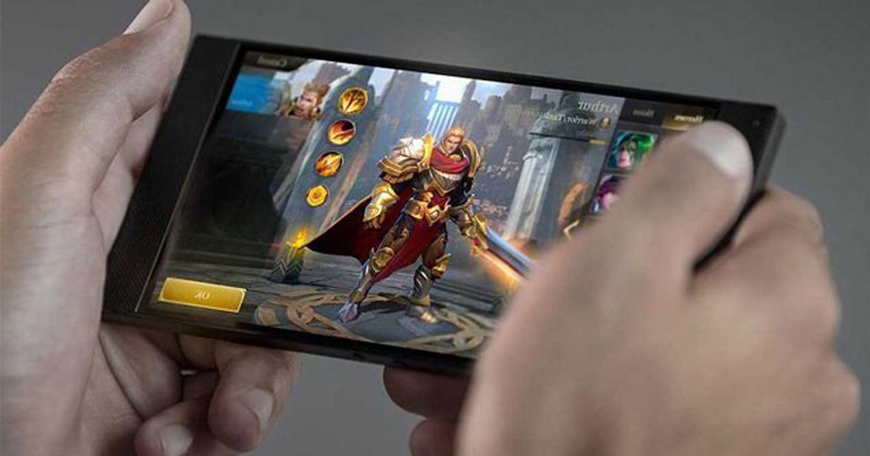 hombre jugando en smartphone