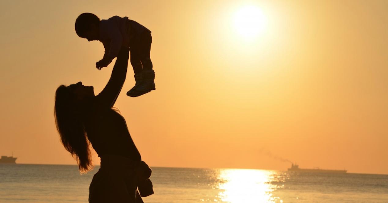 madre con niño en puesta de sol