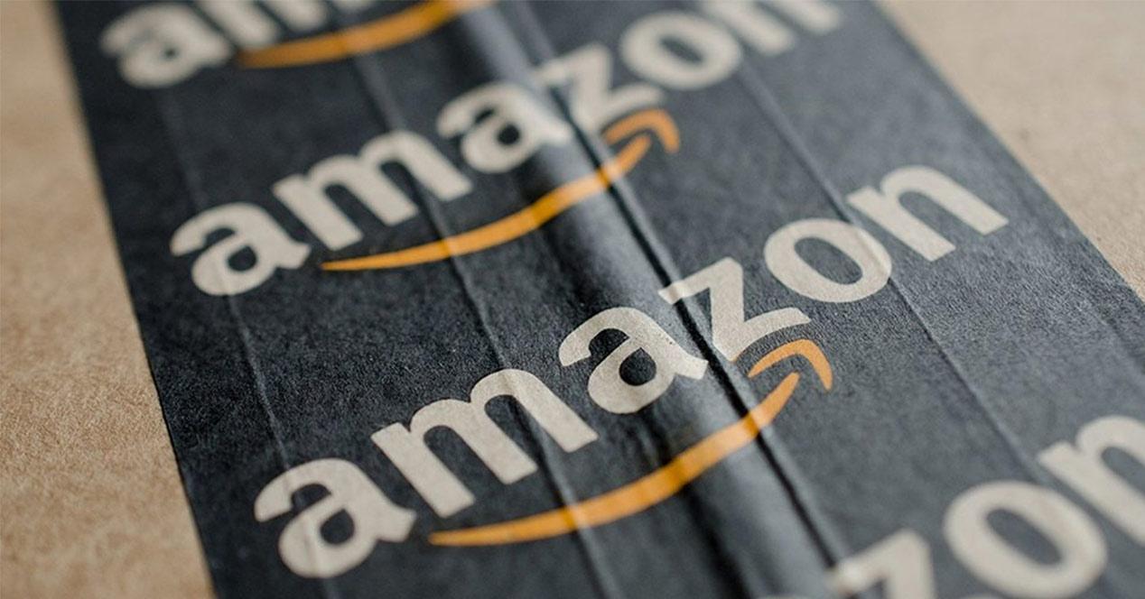 Logotipo de Amazon sobre una caja de cartón