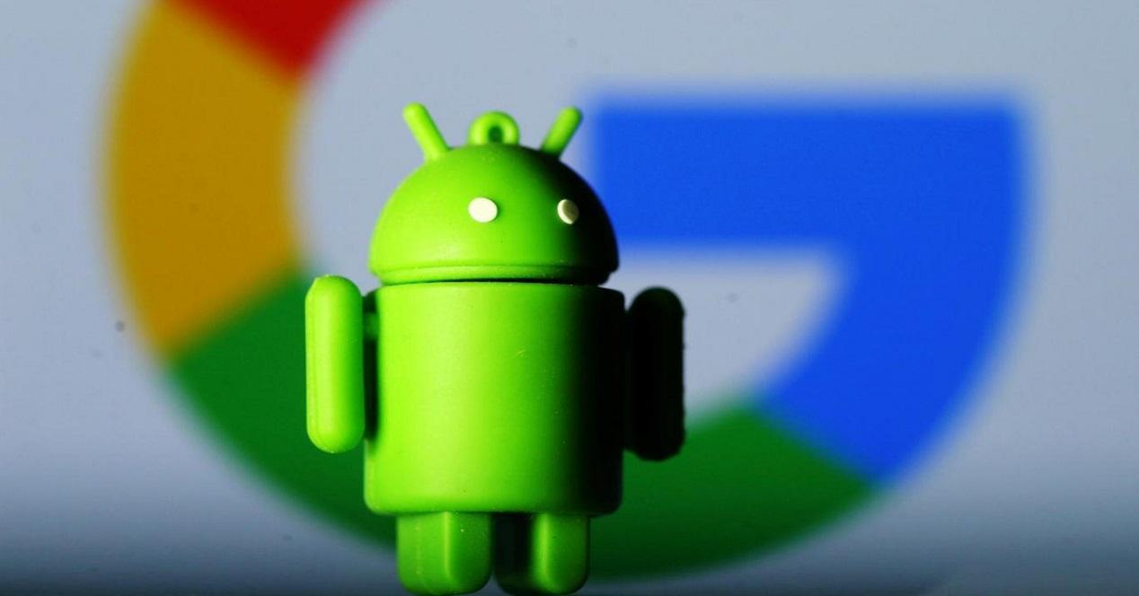 Muñeco Android, logo Google de fondo