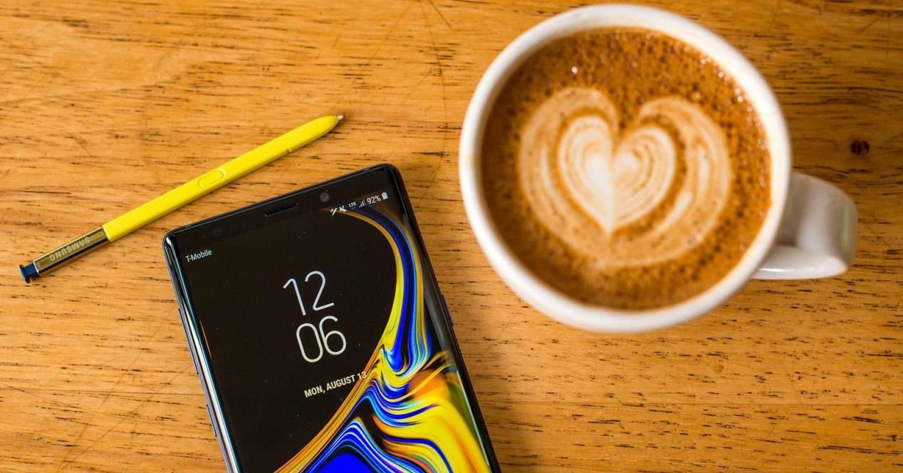 Samsung Galaxy Note 9 y café