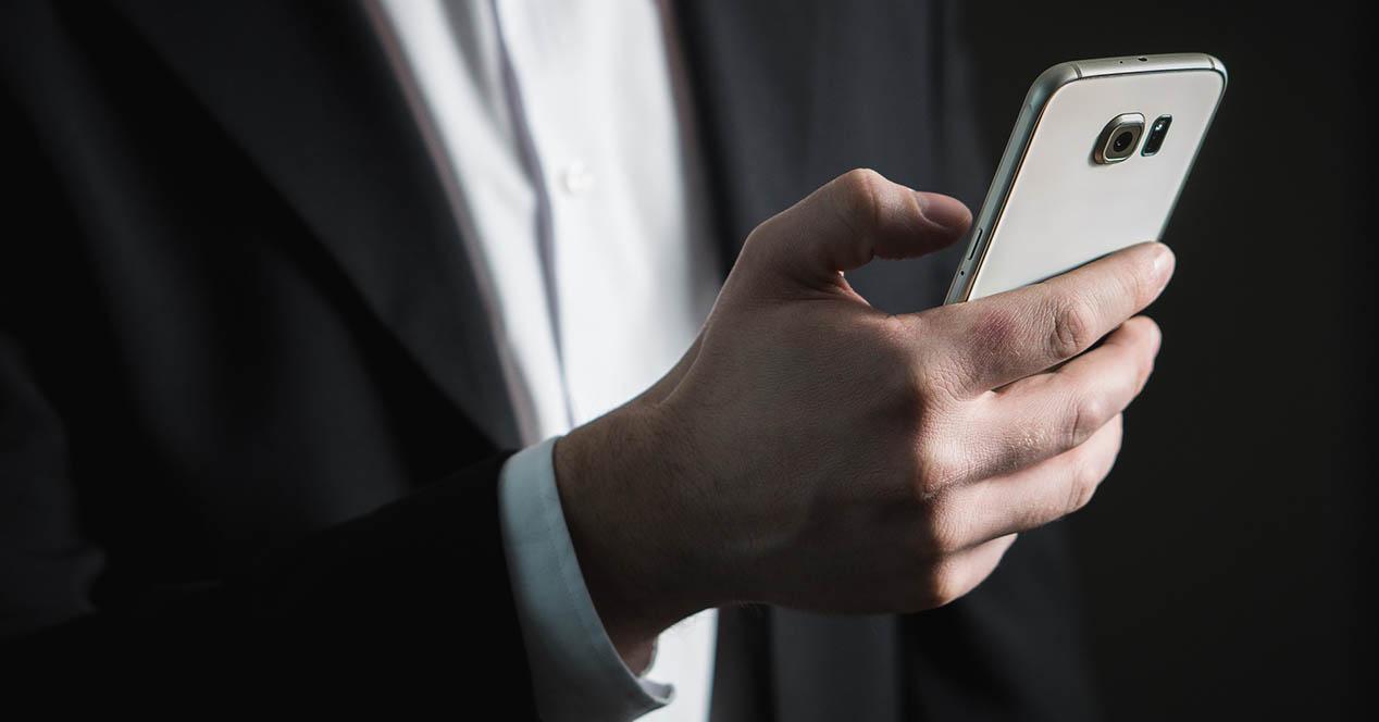 Telefono blanco en la mano