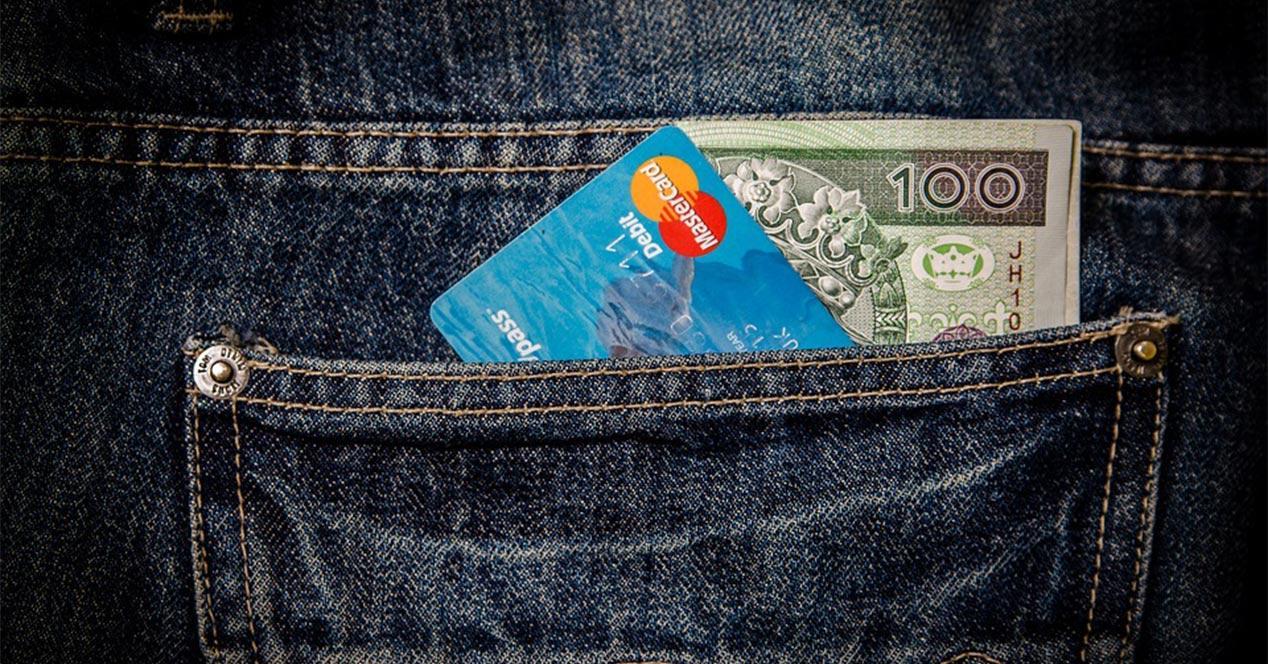 Dinero guardado en el bolsillo de un pantalón