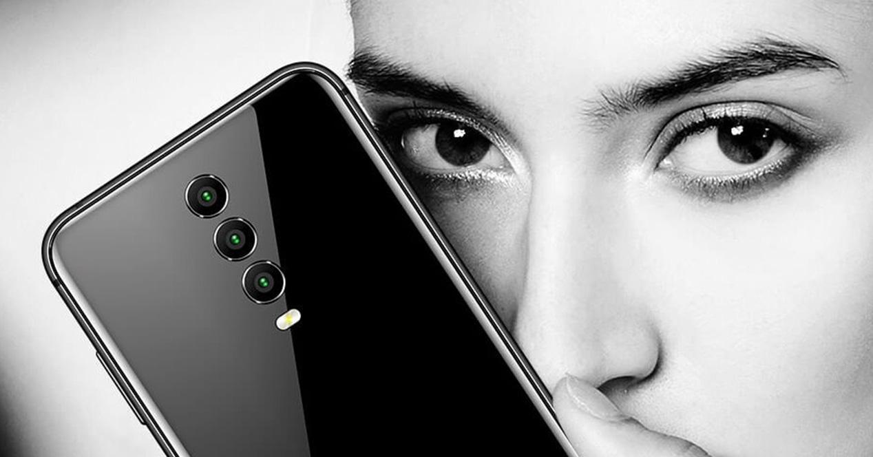 Smartphone con triple cámara trasera