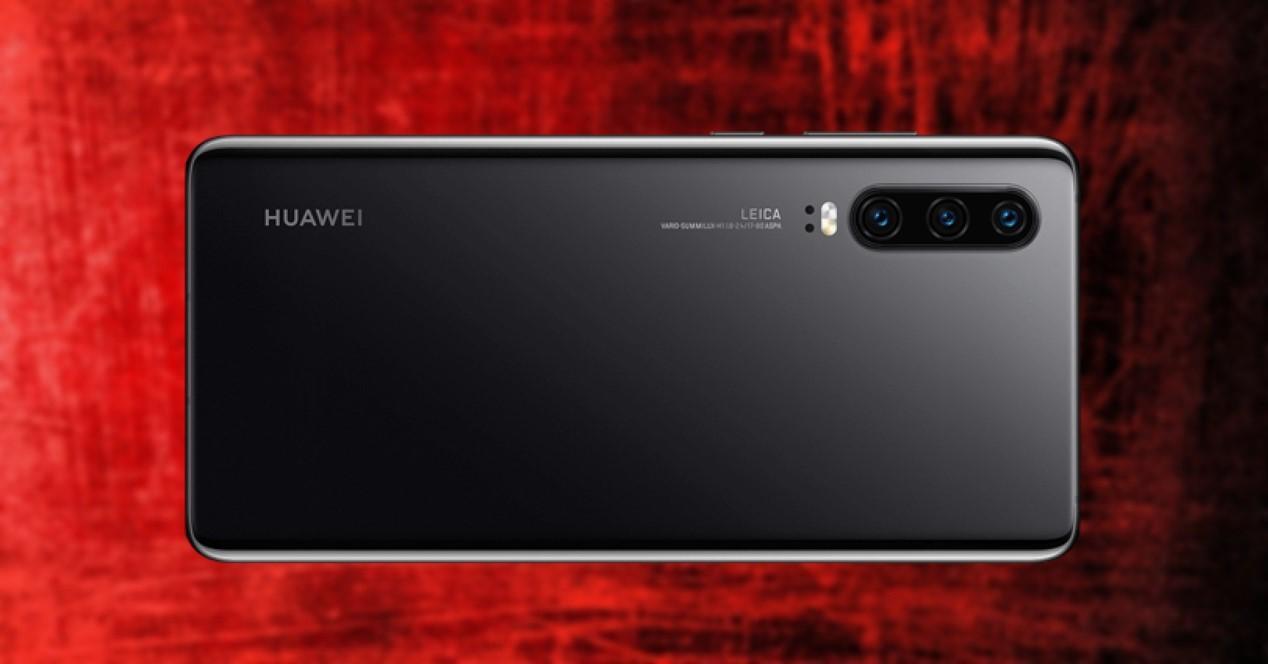 Huawei P30 negro sobre fondo rojo