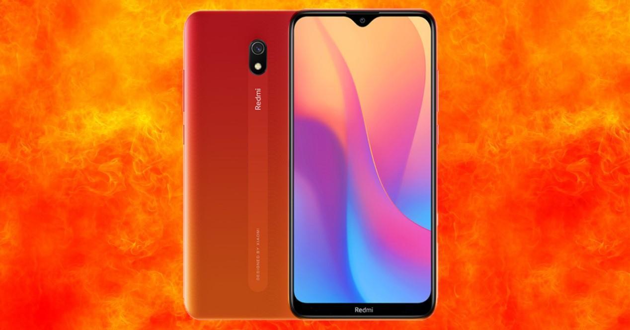 Xiaomi Redmi 8A sobre fondo naranja